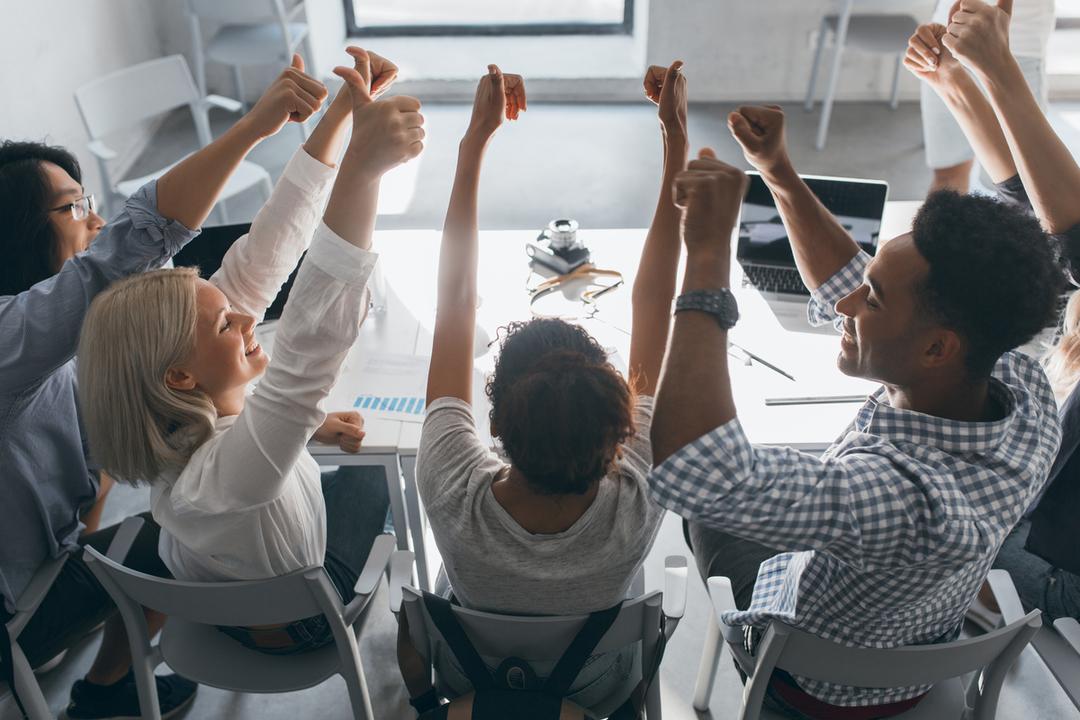 Equipe reunida representado a diferença que a realocação interna pode fazer numa empresa.