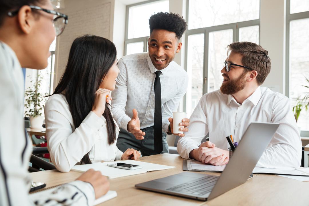 Planos de carreira: colegas de trabalho conversam animados.