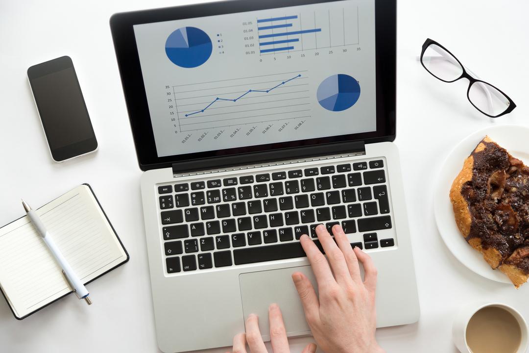 People analytics: mão feminina utilizando notebook.