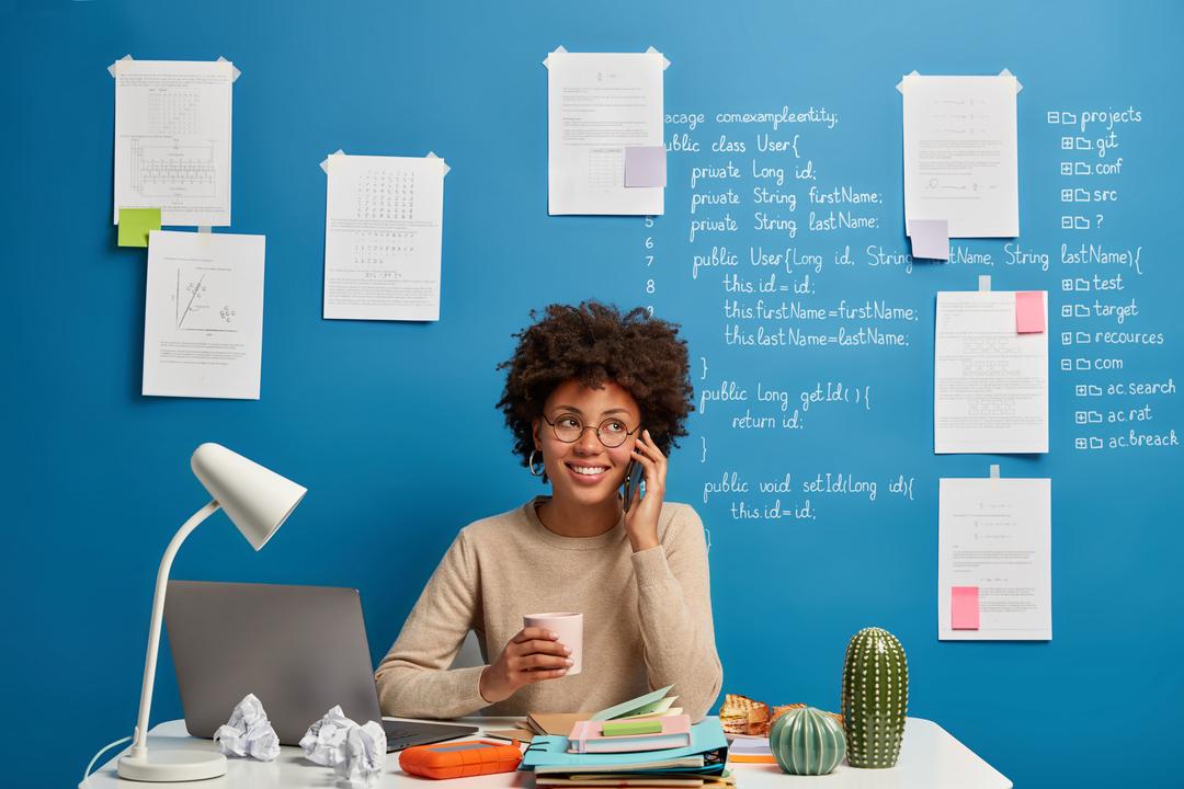 Product owner: mulher negra com parede com anotações ao fundo.