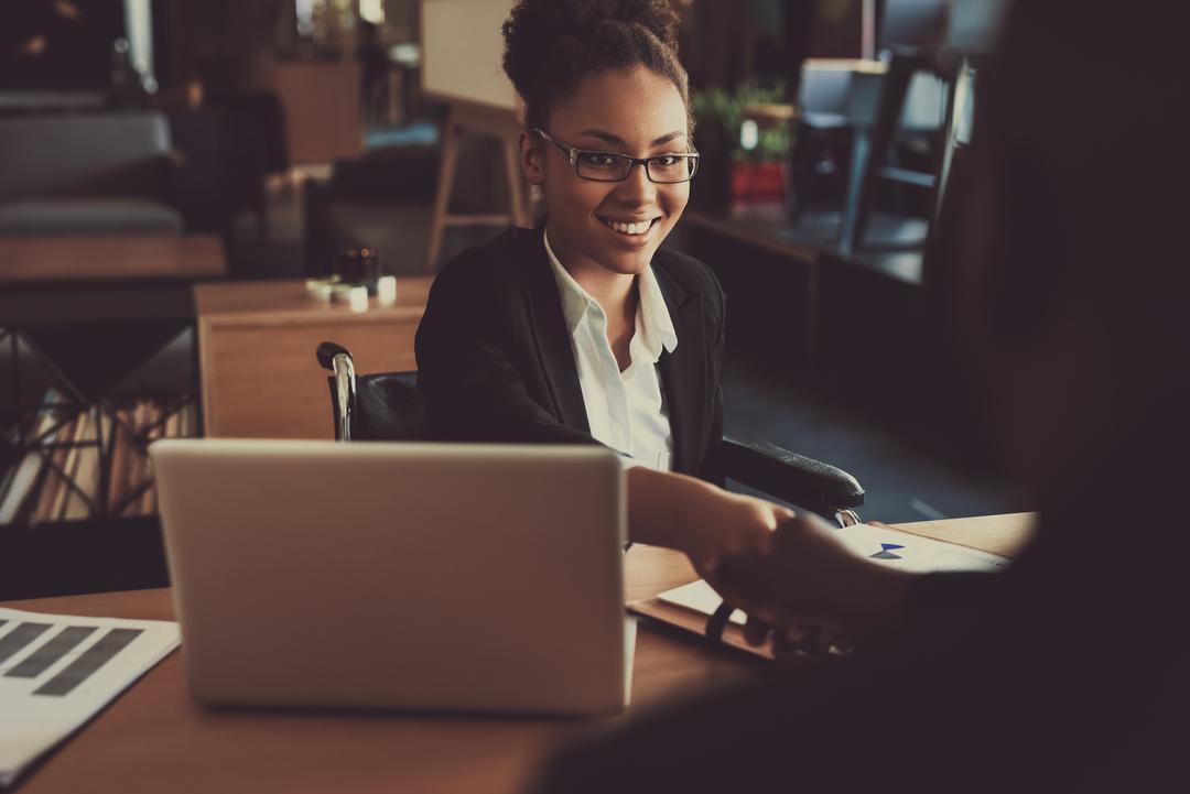 Tecnologia e RH: mulher negra entrevista homem em escritório.